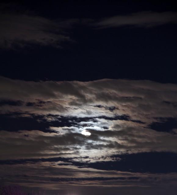 包まれる月